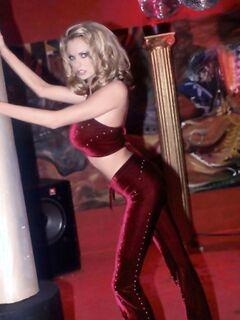 Блондинка с силиконовыми дойками начинает стриптиз