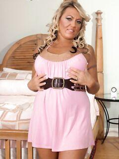 Трах зрелой женщины с силиконовыми сиськами в домашнем порно на кровати