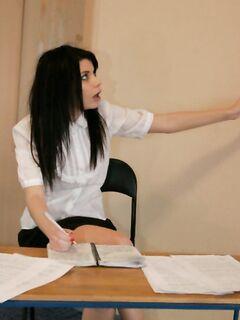 Молодая девочка эмо раздевается до гола и снимает трусики