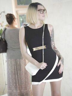 Малышка с чернилами в очках показывает бритую киску после линьки платья - смотреть на телефоне бесплатно