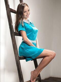 Маленькая милашка в синем платье раздевается, чтобы встать на колени и показать молодую попку - смотреть на телефоне бесплатно