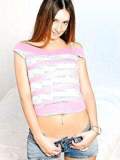 Игривая Тини в джинсовых шортах раздевается и подвергая ее пронзил киску - смотреть на телефоне бесплатно