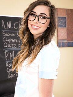 Всезнайка американская студентка Лекси Ловелл раздевается догола на столе своего учителя - смотреть на телефоне бесплатно