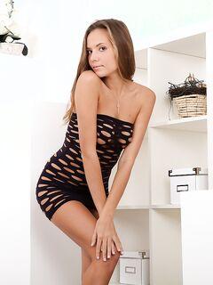Горячая малолетка Clover в прозрачном платье широко раздвигает ножки, чтобы трахать свою влажную кис - смотреть на телефоне бесплатно