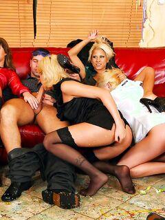 Большая оргия на кожаном диване