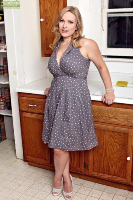 Телка с огромными сиськами разделась на кухне
