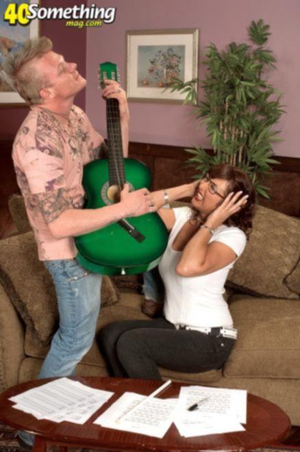 Чувак трахнул зрелую училку по музыке читая ноты в такт