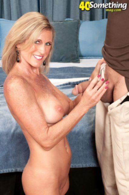 Зрелая женщина в чулках дрочит член и трахается в жопу