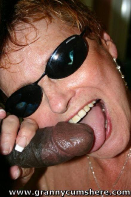 Межрасовый секс с похотливыми бабульками в воде на взрослой вечеринке