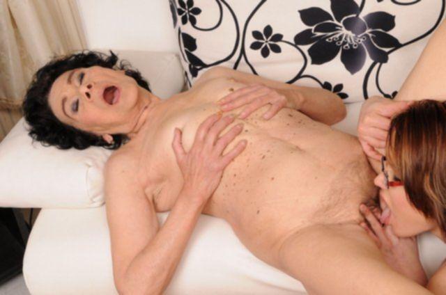 Русская бабулька трахается в вагину с волосатым лобком после минета