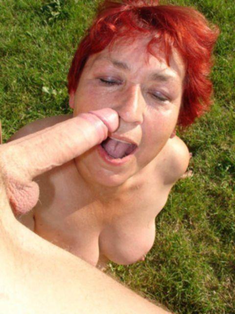 Европейская рыжая бабулька сосет и трахается на природе