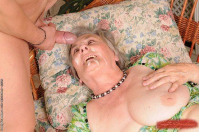 Развратная бабулька со спермой на лице получает толстый член в вагину