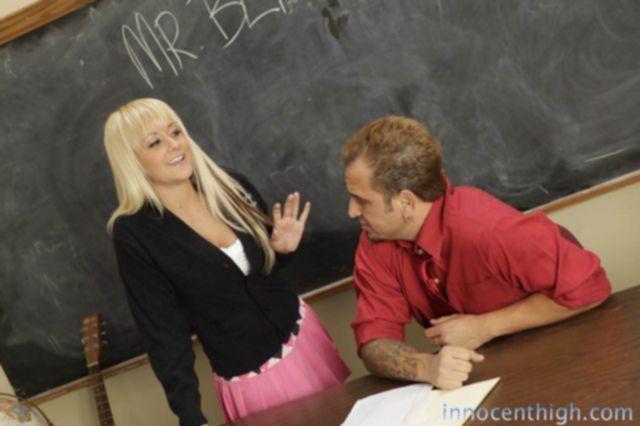 Ученица с идеальной попкой мастурбирует и ебётся