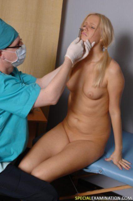 Красивой блондинке у гинеколога в анал суют пальцы в фистинге