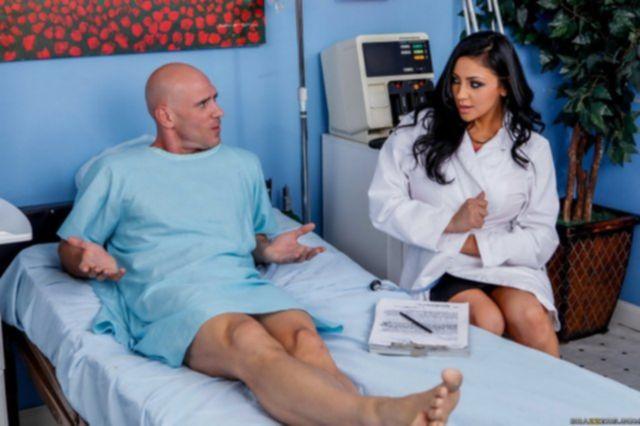Сексуальную медсестру с огромными дойками ебут без презерватива
