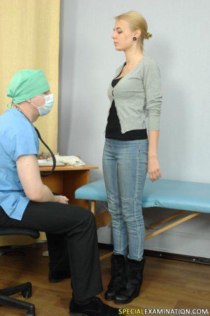У гинеколога грудастой блондинке осмотрели киску и помассировали анус