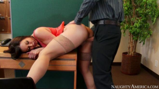 Строгая училка застала врасплох прогульщика и наказала вагиной