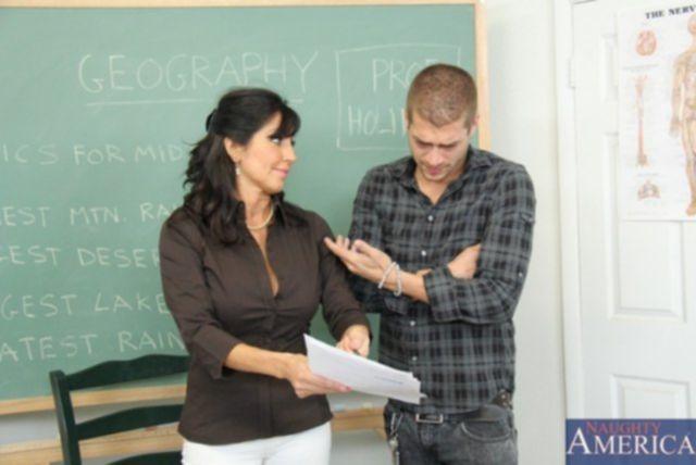 Зрелая учительница географии трахается с учеником на столе