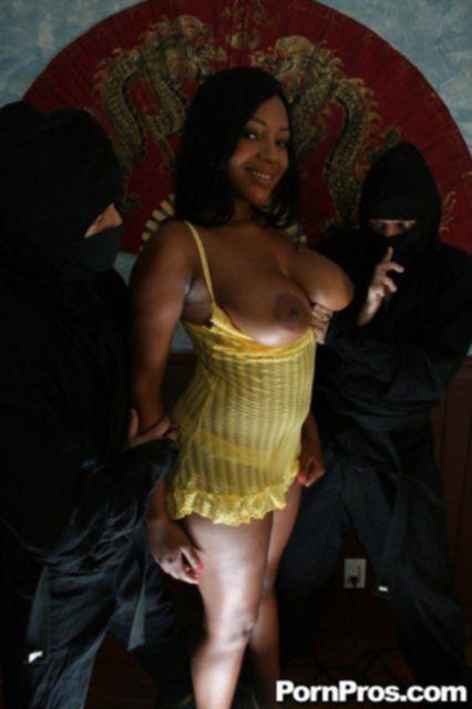 Негритянка с большой задницей трахается в групповом сексе на природе