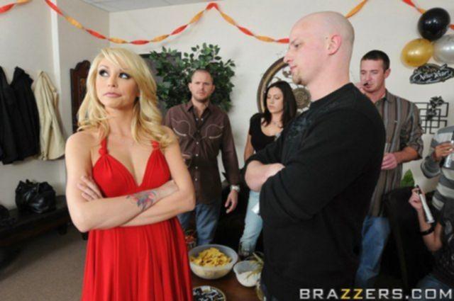 Красивую блондинку выебали раком на столе для супер фото