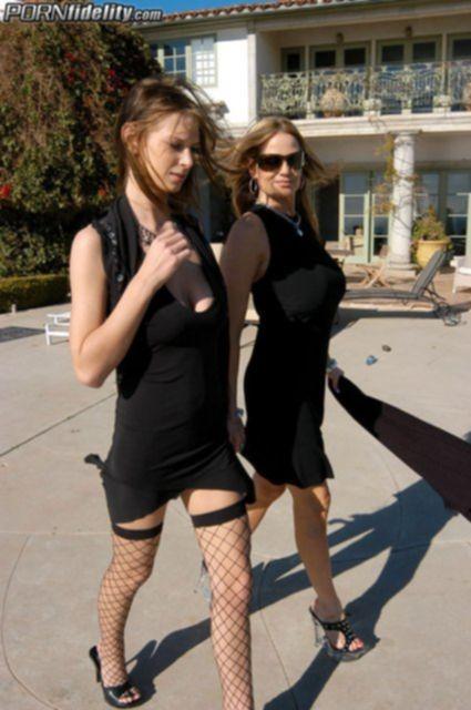 Сексуальные американки с большими сиськами трахаются втроем
