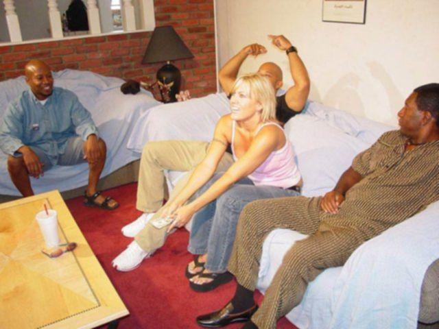 Групповой трах девушки в миссионерской позе