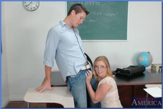 Очкастая ученица трахается на столе