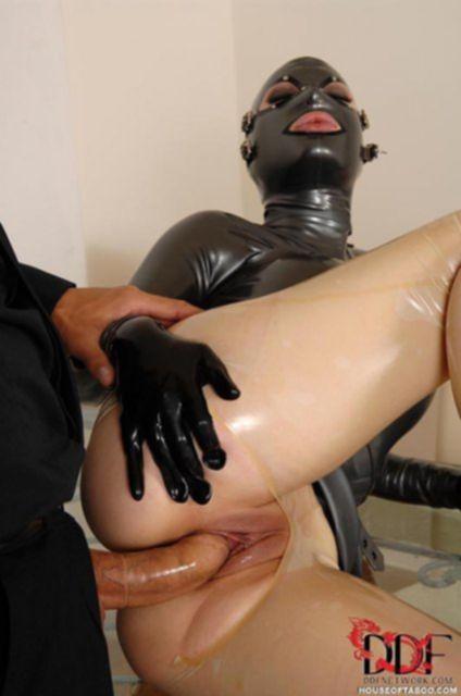 Девушка в маске и латексе в БДСМ и ебеться во влагалище