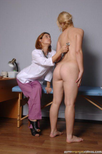Малолетка у гинеколога показывает гладкую киску