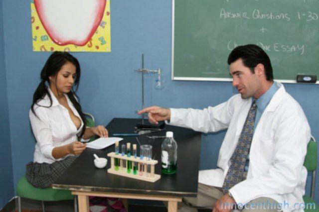 Юную ученицу в классе трахнули в пизду после горлового минета