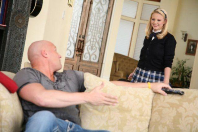 Красивую ученицу с большими сиськами жестко трахают в пизду