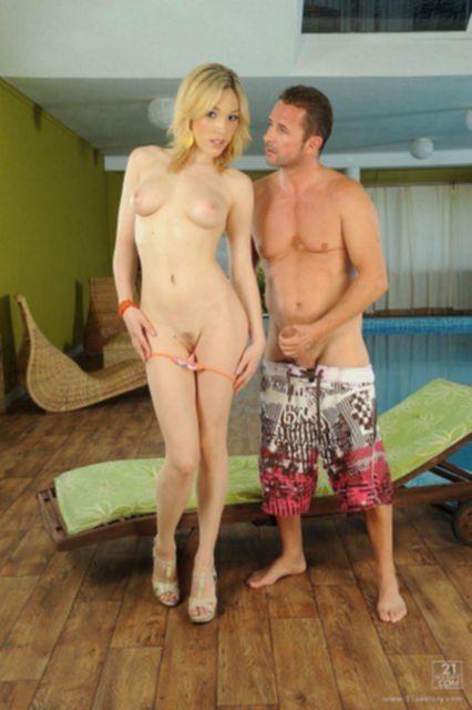 Красивая блондинка на фото новинке занимается оральным сексом