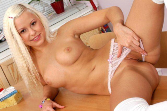 Девочка блондинка в школе эротично раздевается и снимает трусики