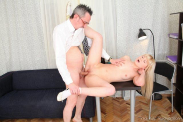 В школьном порно 18- ти летняя девочка ебется в офисе