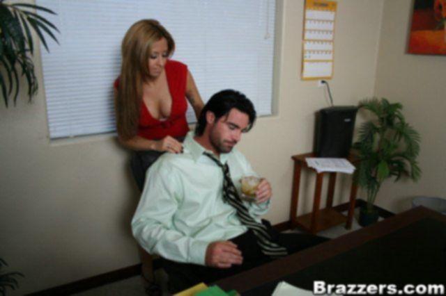 Развратная давалка в офисе трахается во влагалище