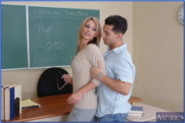 Сексуальная учительница делает минет ученику и ебётся на столе.