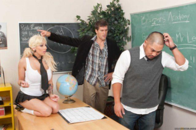 Порно Бразерс с сексуальной блондинкой в школе