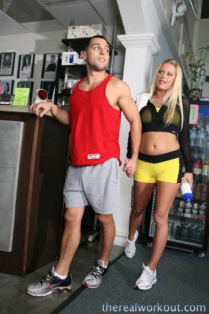 Фото ролик на котором блондинка с большой жопой ебется раком и на боку