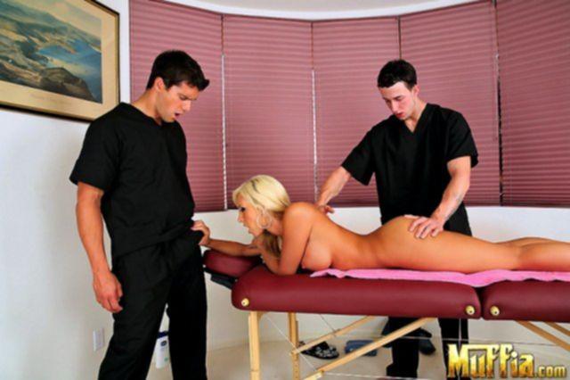 После массажа блондинка с буферами занялась сексом