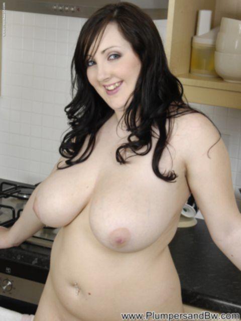 Жирная домохозяйка показывает огромные буфера