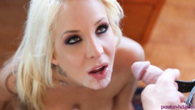 Зрелая блондинка соблазнила на секс в анал упругими буферами и минетом