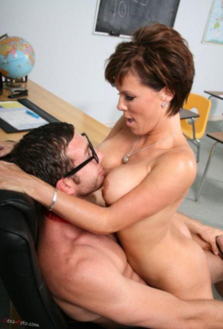 Зрелая грудастая МИЛФ нашла сексуальные игры с мальчиком в колледже