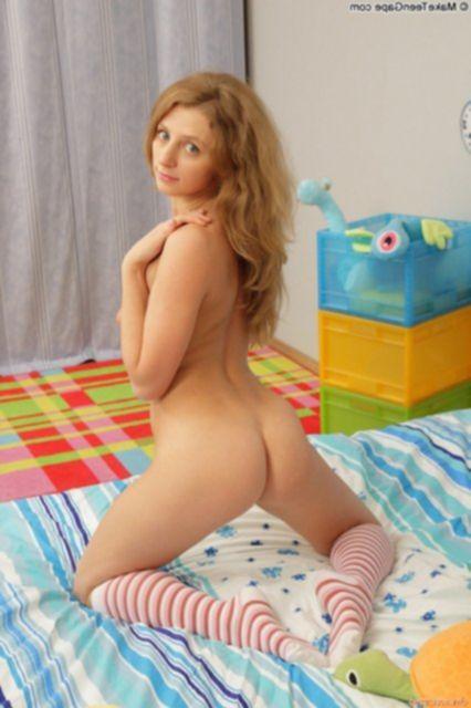 Рыжая худая девчонка позирует голой и трахается после минета.