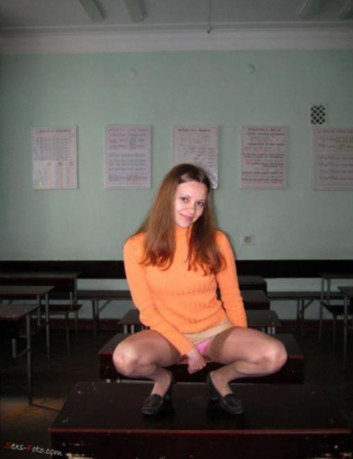 Русская 18-ти летняя студентка раздевается прямо в классе в колледже