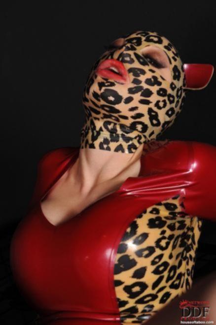 Вдвоем трахают стройную гламурную давалку в маске с идеальным телом