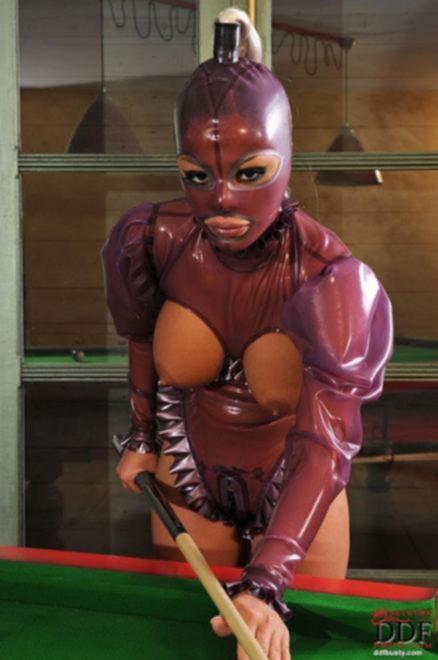 Женский секс гламурных лесбиянок в маске на столе для бильярда