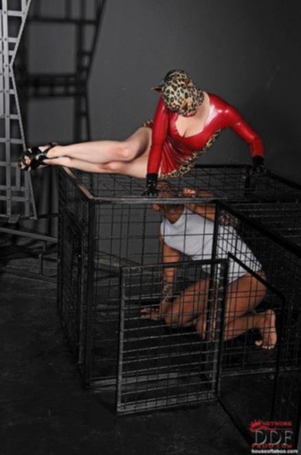 В маске: молодая проститутка в клетке согласилась на развратный секс