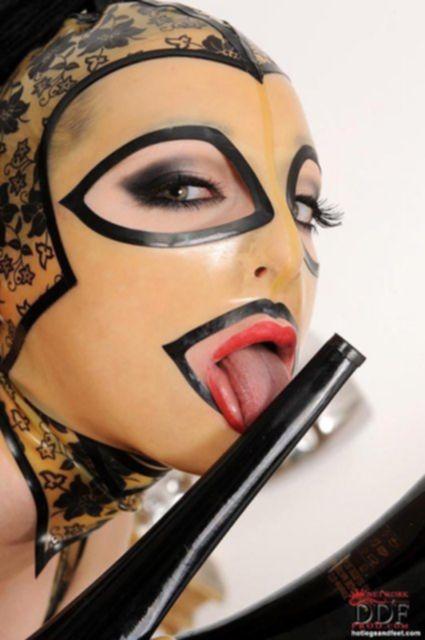 Девушка в кожаной маске показывает стриптиз шоу