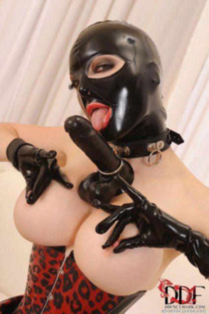 Гламурная дева в маске мастурбирует пилотку черным членом