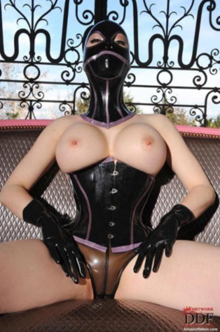 Элитная проститутка в маске и латексе мастурбирует секс игрушкой дома